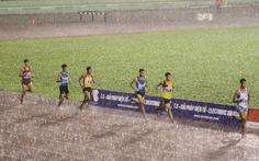 VĐV điền kinh khổ vì…. mưa