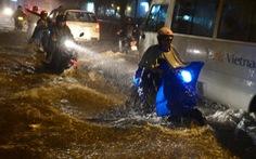 Clip mưa làm ngập đường dẫn vào sân bay Tân Sơn Nhất