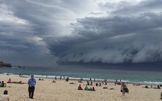 """Xem clip """"mây sóng thần"""" gây choáng ngợp nước Úc"""