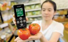 Tặng cẩm nang cho sinh viênchuyên ngành thực phẩm