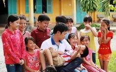 Thái Hòa đau lòng vì trẻ em xóm trọ nghèo