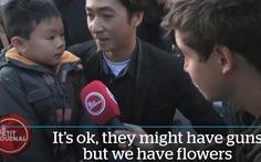 """""""Bọn chúng có súng nhưng chúng ta có hoa"""" lan truyền toàn cầu"""