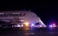 Hai chuyến bay đến Paris hạ cánh khẩn cấp do bị dọa đánh bom