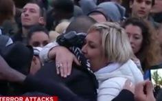 """Chàng trai Hồi giáo """"xin hãy cho tôi một cái ôm"""" ở Paris"""