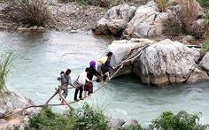 Chông chênh qua sông bằng... hai sợi dây cáp