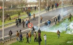 Hàng ngàn người di cư xông vào đường hầm nối Pháp - Anh