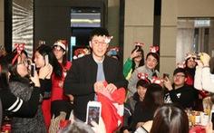 Lâm Phong phát quà Noel, Lâm Tâm Như đón Giáng sinh với khán giả