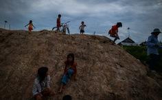 Phóng sự ảnh: Xóm của những người không quốc tịch