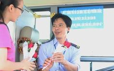 Tặng hoa cho tài xế xe buýt