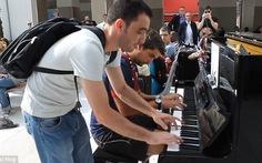 Xem màn song tấu piano độc đáo của 2 người xa lạ