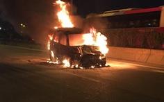 Khi ô tô bị cháy, người lái xe nên làm gì?