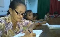Cụ bà 64 tuổi học xóa mù chữ