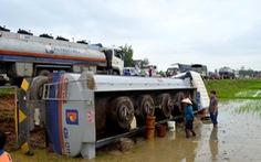 Xe bồn chở 17 tấn dầu hỏa lật bên quốc lộ