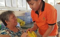 Tặng quà cho học trò nghèo