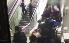 Clip thang cuốn ở Trung Quốc chạy ngược, 10 người đi cấp cứu