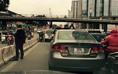 """""""Quý ông"""" dừng ôtô đái bậy giữa đường Hà Nội gây bão Facebook"""