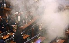Nghị sĩ Kosovo đem bom khói vào quốc hội phá bầu cử tổng thống