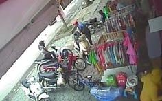 Clip đôi nam nữ móc trộm túi xách trong cốp xe chỉ 3 giây