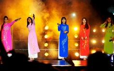 Rihanna,Tyra Banks, Triệu Vy,Quách Khả Doanh... từng mặc áo dài Việt