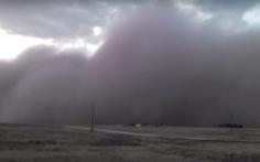 Video bão bụi như sóng thần tràn qua Texas