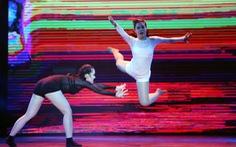 Khán giả nhào lên sân khấu nhảy cùng vũ công S-Tour