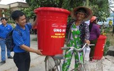 Trao 100 thùng chứa nước cho nông dân vùng hạn mặn