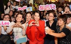 Hồ Hạnh Nhi hạnh phúc bên bạn trẻ ái mộ Việt Nam