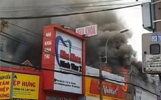 Gara ôtô cháy ngùn ngụt ở Sài Gòn