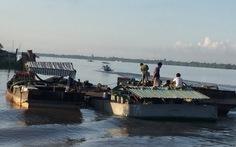 Bắt 3 sà lan, tàu gỗ hút cát trái phép trên sông Cổ Chiên