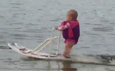 Clip bé 6 tháng tuổi lướt ván nước như người lớn