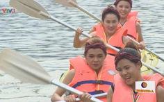 Song đấu: xem clip 4 cô gái thắng HLV chèo thuyền Kayak