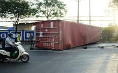 Xe đầu kéo tông sập tường cảng Nhà Rồng, container văng xuống đường