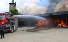 Kho nhà máy xử lý rác thải công nghiệp cháy ngùn ngụt