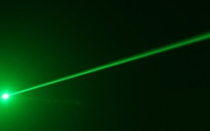Kiến nghị xử lý hình sự việc chiếu tia laser vào máy bay
