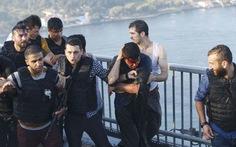 Cảnh sát Thổ Nhĩ Kỳ phải bảo vệ binh lính tham gia đảo chính