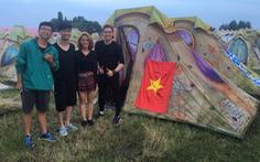 SlimV mang cờ Việt Nam đến lễ hội nhạc EDM thế giới