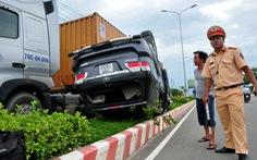 Xe hơi lật ngửa trên dải phân cách, sáu người bị thương