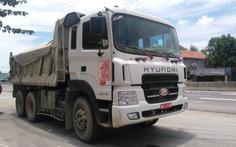 Xe tải biển số quân sự chở quá tải, bất chấp kiểm tra