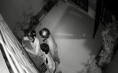 Phá cửa trộm tài sản giữa đêm bị camera ghi lại