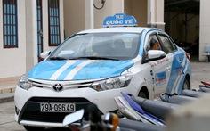Tài xế taxi túm tóc, liên tiếp đập đầu nữ hành khách vào capô