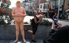"""Đấu giá """"Ông Trump khỏa thân"""" làm từ thiện"""