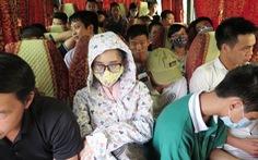 Hành khách bị nhồi nhét như nêm trên đường về Hà Nội