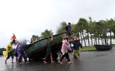 Ngư dân Đà Nẵng thuê xe cẩu tàu lên bờ tránh bão