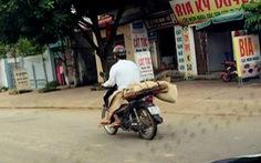 Không tiền thuê xe, bóchiếu chở thi thể em về bằng xe máy