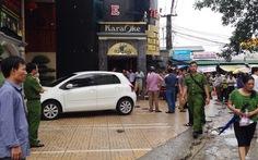 Va quẹt ôtô, rút súng bắn đối phương trước quán karaoke