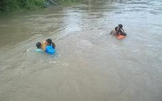 Đã có xuồng đưa học sinh qua sông Bà Đài đến trường