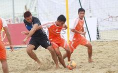 Dân nghiệp dư đi thi bóng đá bãi biển