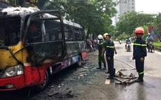 Xe buýt đang chạy bốc cháy, 20 khách thoát nạn