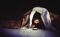Cứ 3 người lại có 1 người kiểm tra điện thoại lúc nửa đêm