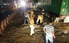 CSGT sửa đường trong đêm giúp người dân
